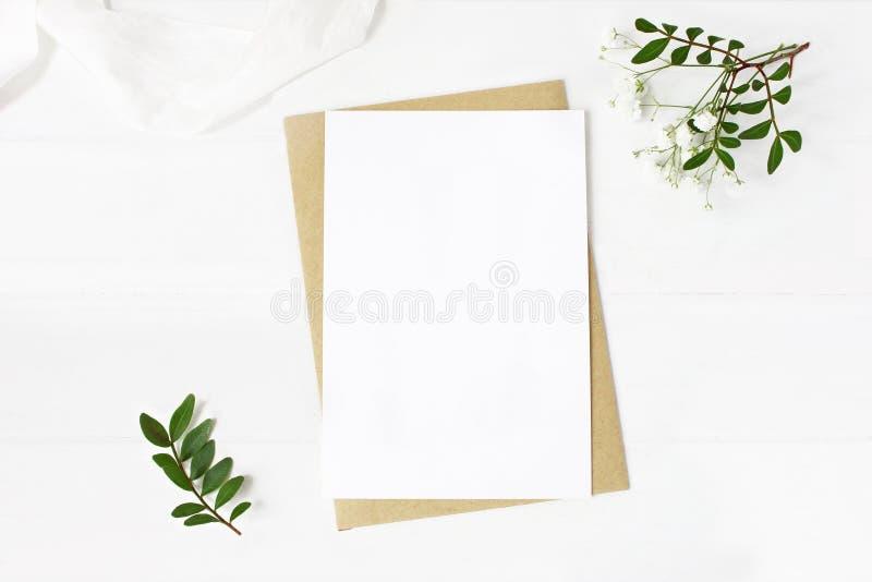 女性婚礼文具,桌面大模型场面 空白的贺卡,工艺信封,婴孩` s呼吸开花,丝绸 免版税库存照片