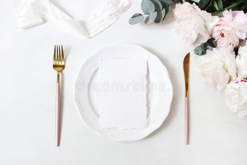 女性婚礼,生日桌面大模型场面 瓷板材,空白的工艺纸贺卡,丝绸丝带,金黄 免版税库存照片