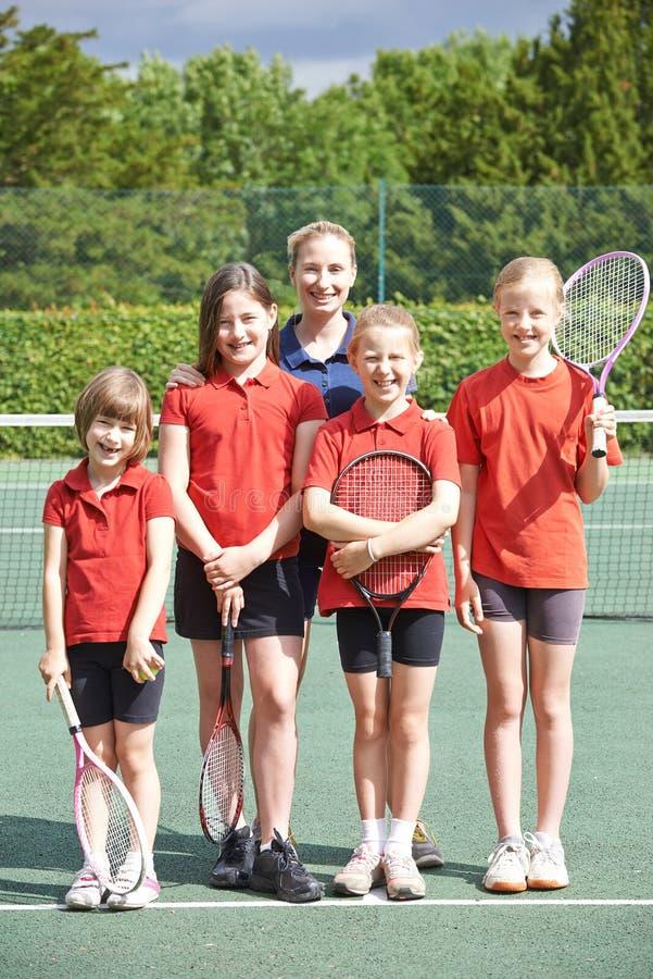 女性学校网球队画象与教练的 库存照片