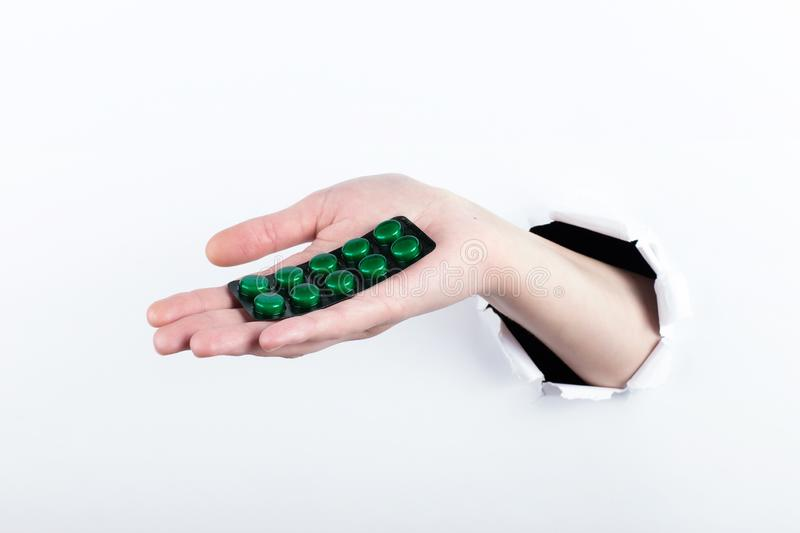 女性实施在paperman的孔,握有药片的水泡 E 免版税库存照片