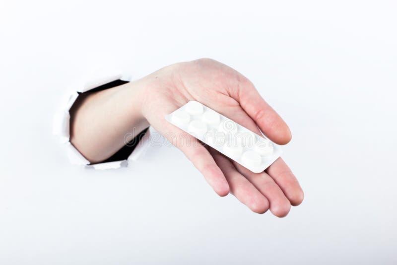 女性实施在paperman的孔,握有药片的水泡 E 库存照片