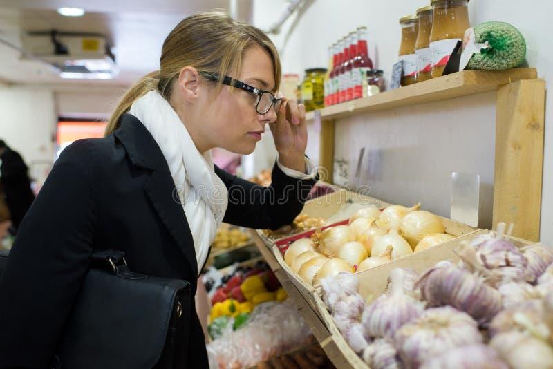 女性审查员在杂货店 免版税库存照片