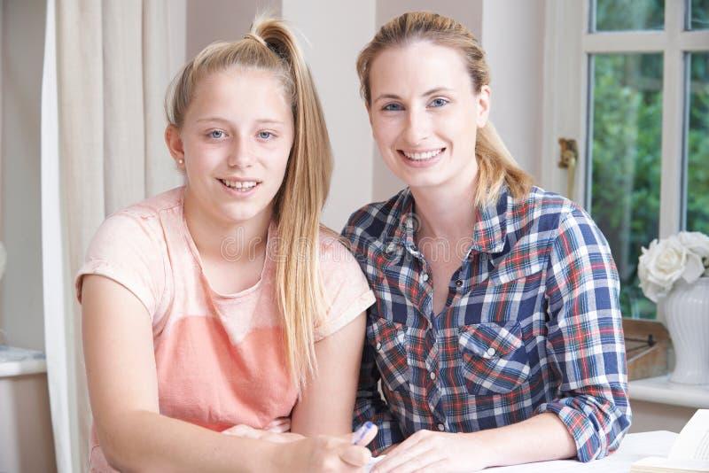 女性家庭有研究的家庭教师帮助的女孩画象  库存照片