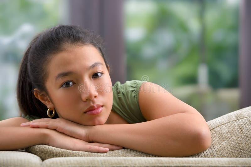 女性家庭沙发少年 免版税库存照片