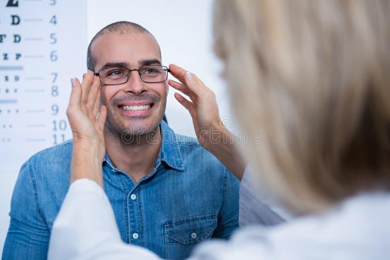 女性对患者的验光师规定的眼镜 免版税库存照片