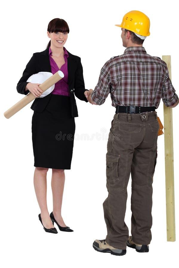 女性建筑师和男木匠 库存图片