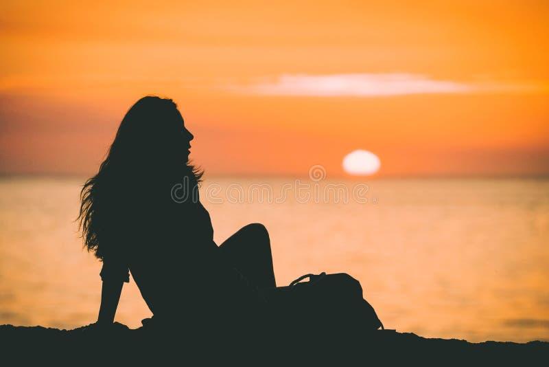 女性开会剪影的美丽的射击在贝克海滩附近的在日落的加利福尼亚 图库摄影