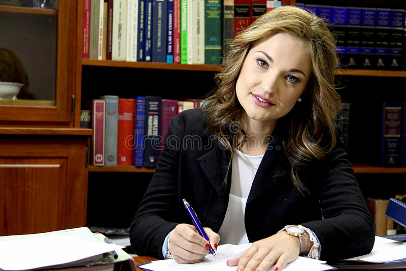 女性律师在办公室 免版税库存图片