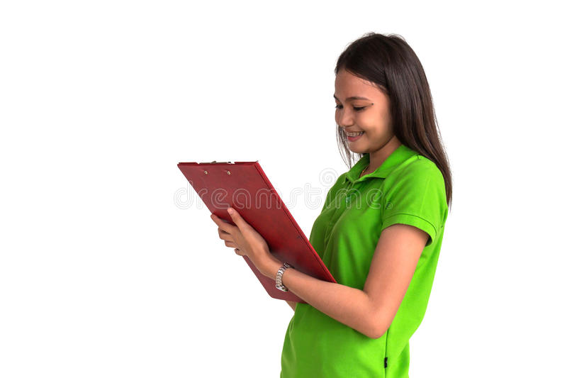 女性微笑与在白色backgr隔绝的剪贴板 免版税库存图片