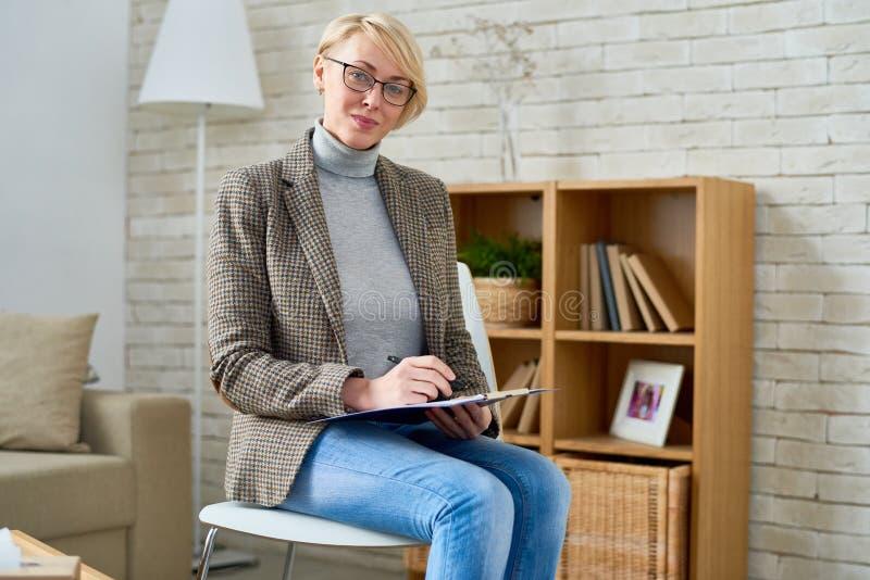 女性心理学家在办公室 免版税图库摄影