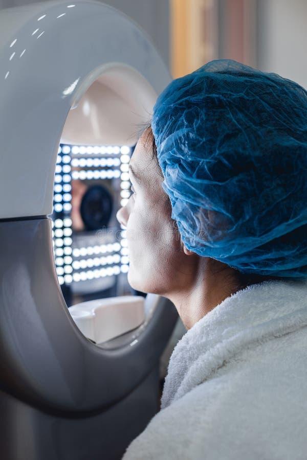 女性患者和面孔分析治疗特写镜头  图库摄影