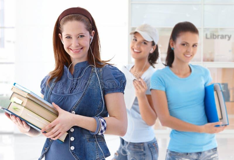 女性愉快的图书馆大厅学员 免版税库存照片
