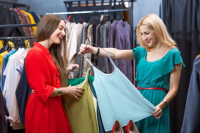 亚洲华人情色户_给女性愉快的户内看起来的模型顾客购物微笑的存储妇女穿衣的亚洲美丽