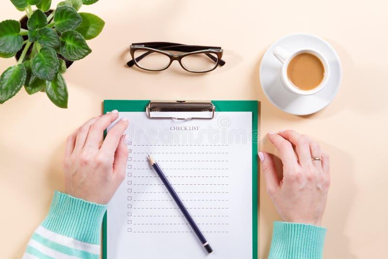 女性手写名单的顶视图做笔记 库存图片