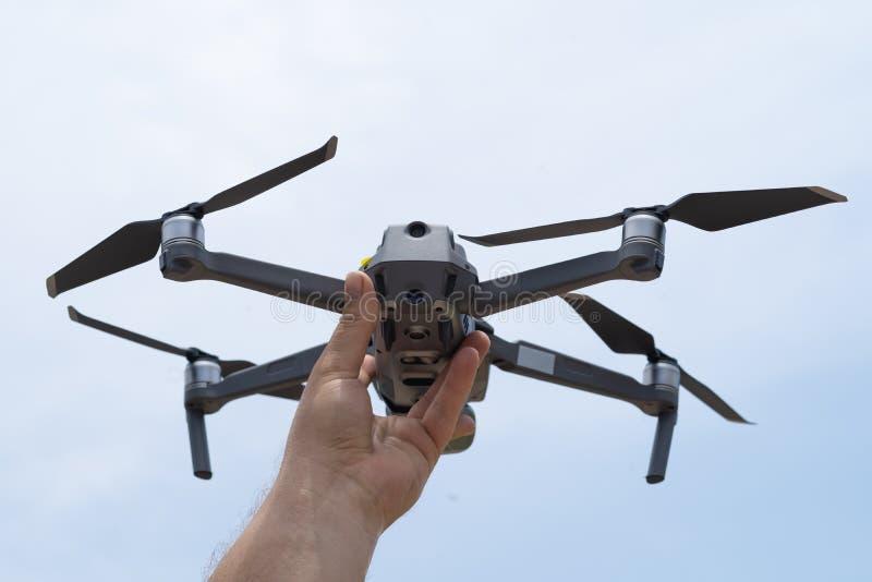 女性手发射飞行的寄生虫,您能采取照片和录影摄制,特写镜头 库存图片