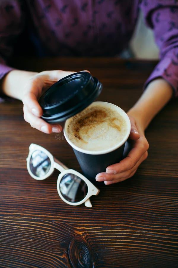 女性手拿着一杯咖啡 免版税库存照片