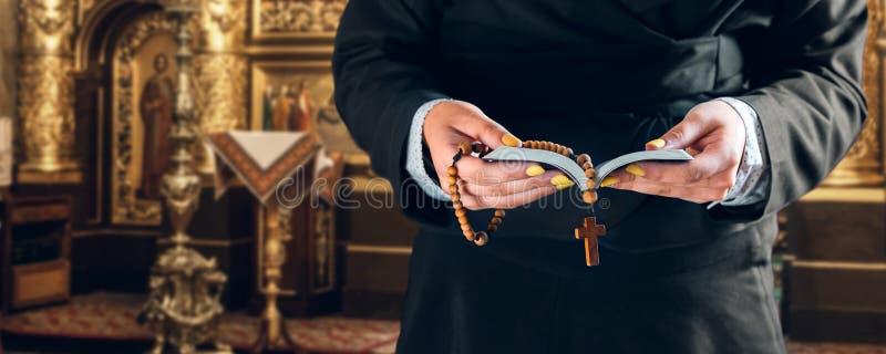 女性手拿着祈祷书和念珠 库存图片