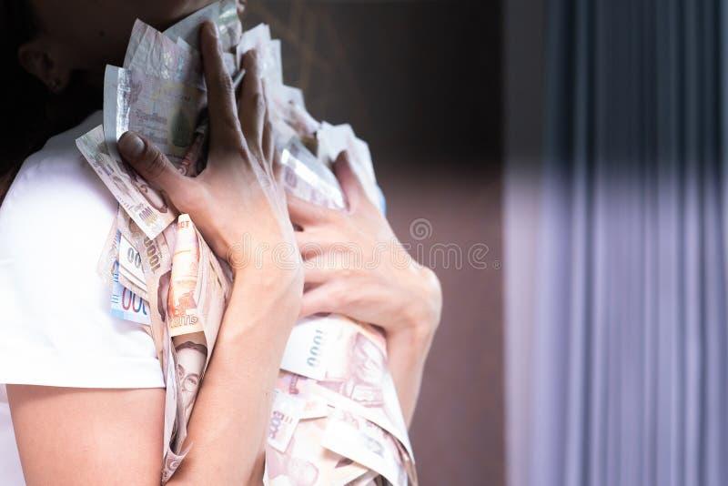 女性手收在一张白色桌,泰国钞票上的很多金钱 图库摄影