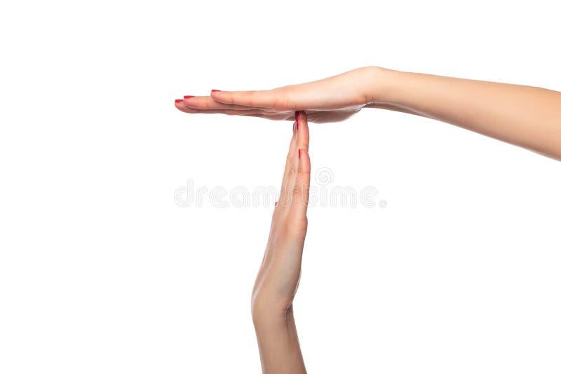 女性手显示在白色背景的暂停或停留标志 免版税库存图片