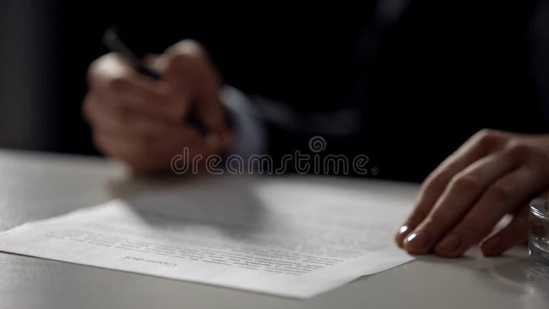 女性手签署的合同特写镜头,物产购买,企业销售特写镜头 免版税库存图片