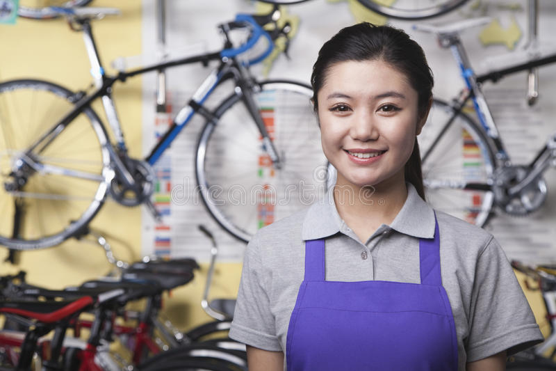 年轻女性技工画象在自行车商店,北京 免版税库存图片
