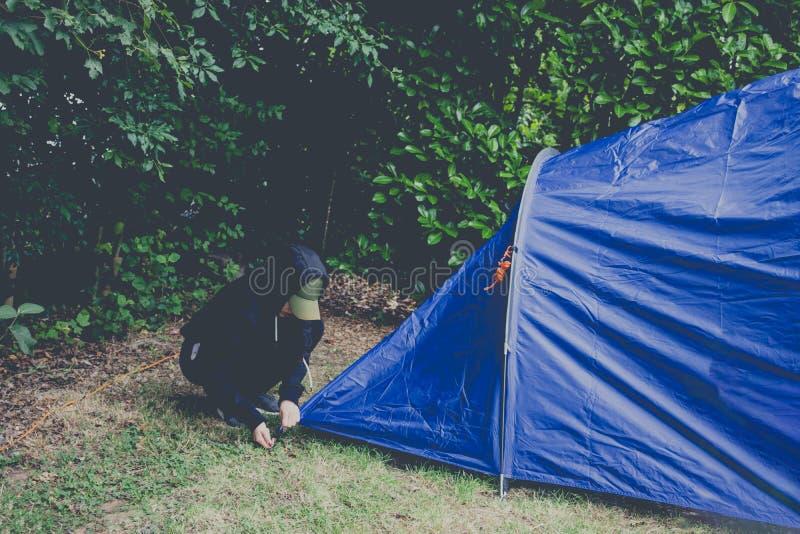 女性投的帐篷野营室外 免版税库存照片