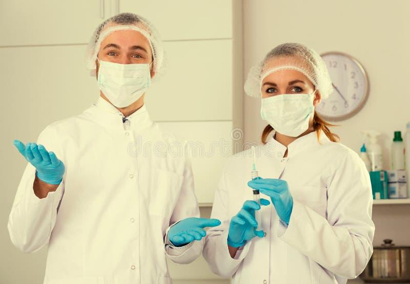 女性护士和男性医生 免版税库存照片