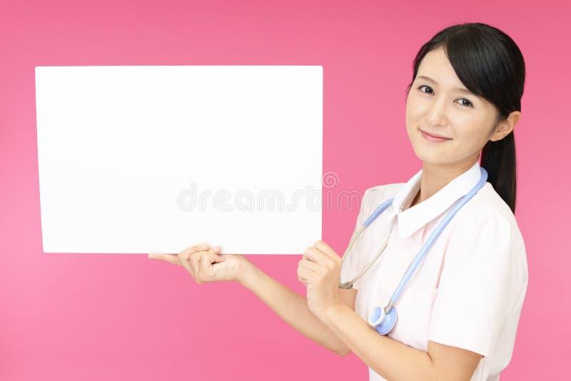 女性护士微笑 免版税库存照片