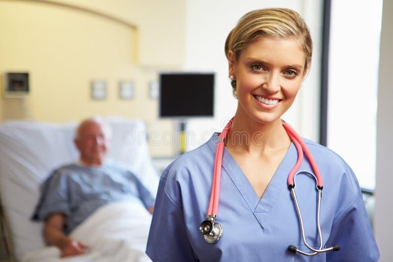 女性护士画象有患者的在背景中 免版税图库摄影