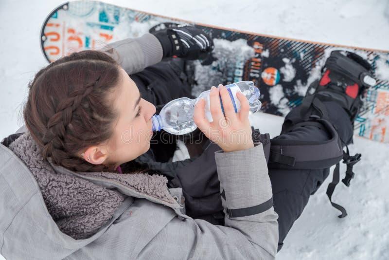 女性挡雪板为止干渴喝着 免版税图库摄影
