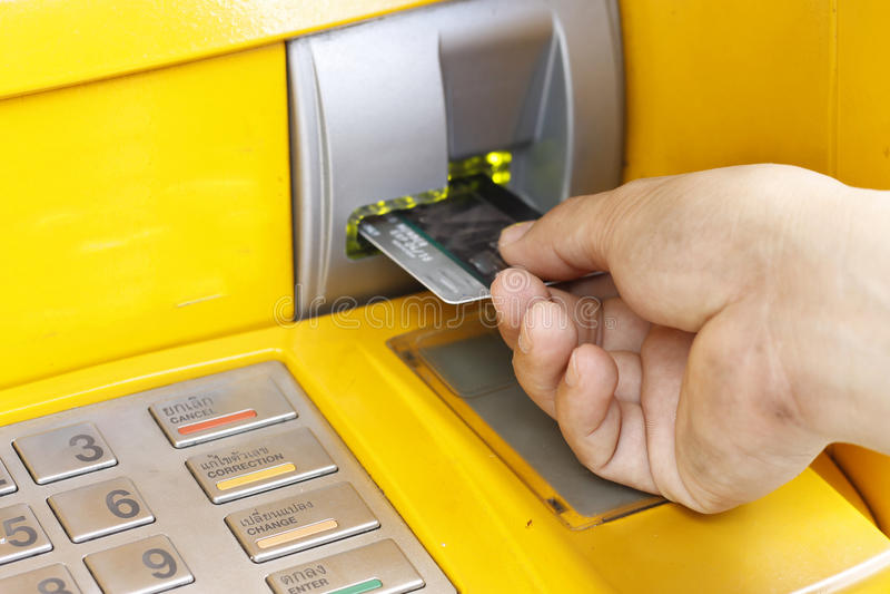 女性插入塑料卡片 免版税库存图片