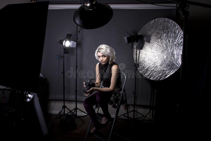 女性摄影师在演播室 免版税库存图片