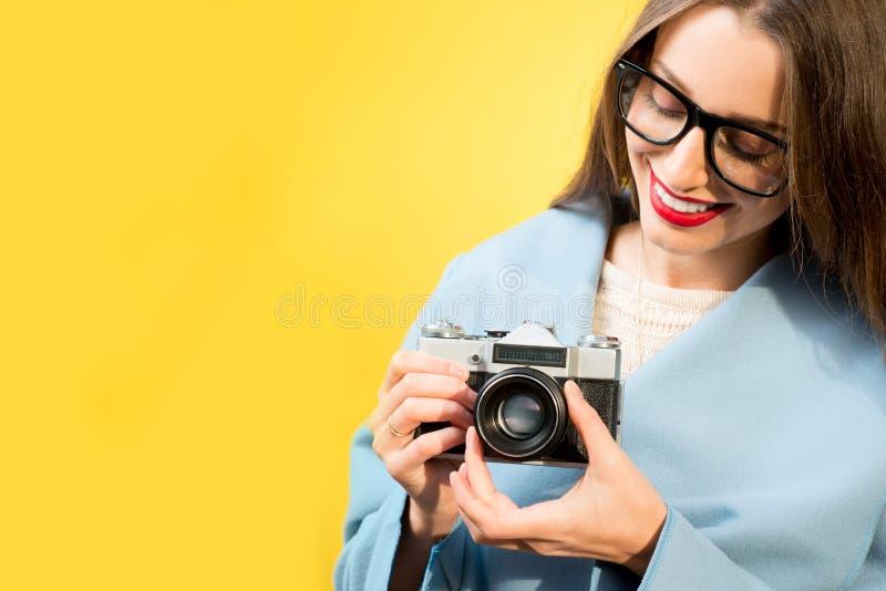 女性摄影师的五颜六色的画象 免版税库存照片