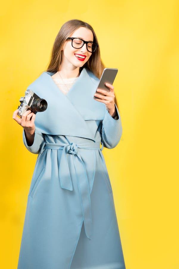 女性摄影师的五颜六色的画象 免版税库存图片