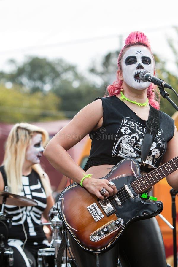 女性摇滚乐队佩带的蛇神构成执行在万圣夜事件 免版税库存图片