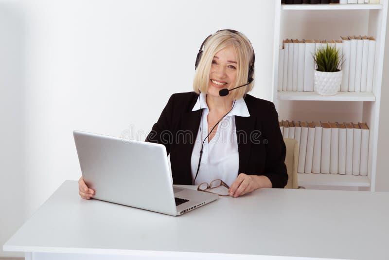 女性操作员在电话中心 支撑杆概念 库存照片