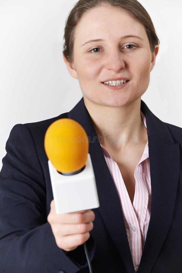 女性新闻工作者演播室画象有话筒的 免版税图库摄影