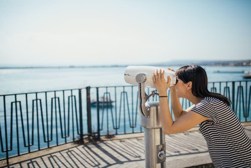 女性旅游参观的意大利 妇女在西勒鸠斯,西西里岛 西勒鸠斯,Ortigia海岛老镇访客 观光旅行的目的地 图库摄影