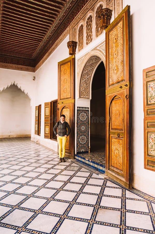 女性旅游参观的巴伊亚宫殿在马拉喀什-摩洛哥 免版税库存图片