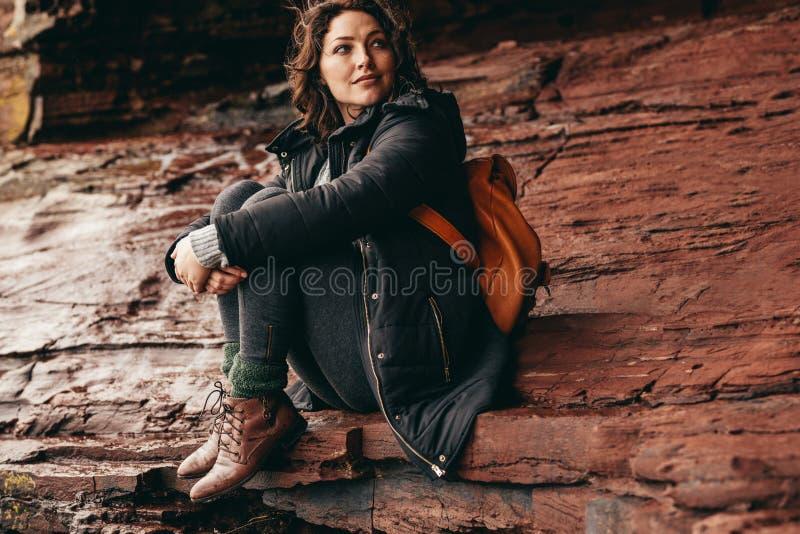 女性旅游放松在山 免版税库存照片