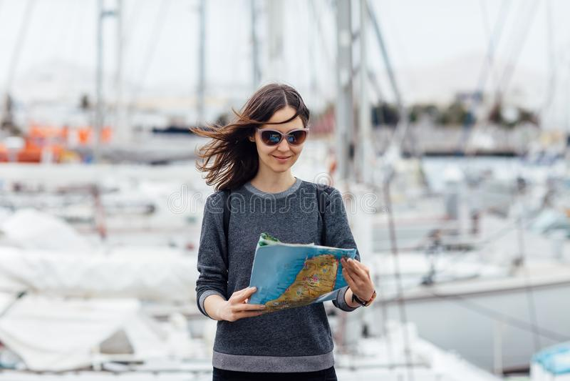 女性有地图的旅客观光的新的城市 免版税库存图片