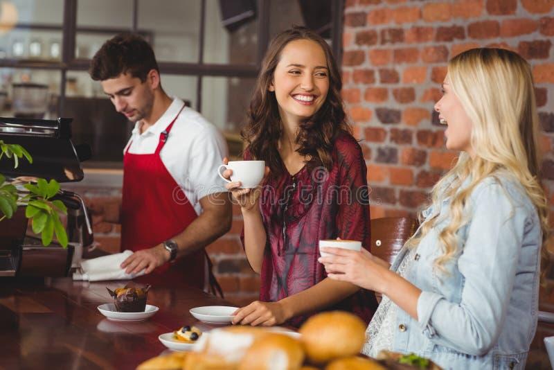 女性朋友喝咖啡在咖啡店 免版税库存图片