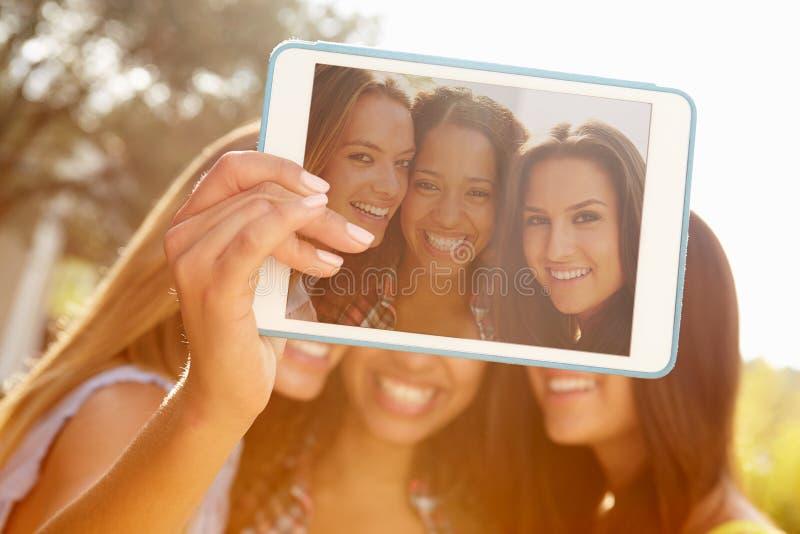 女性朋友在度假采取与手机的Selfie 免版税图库摄影