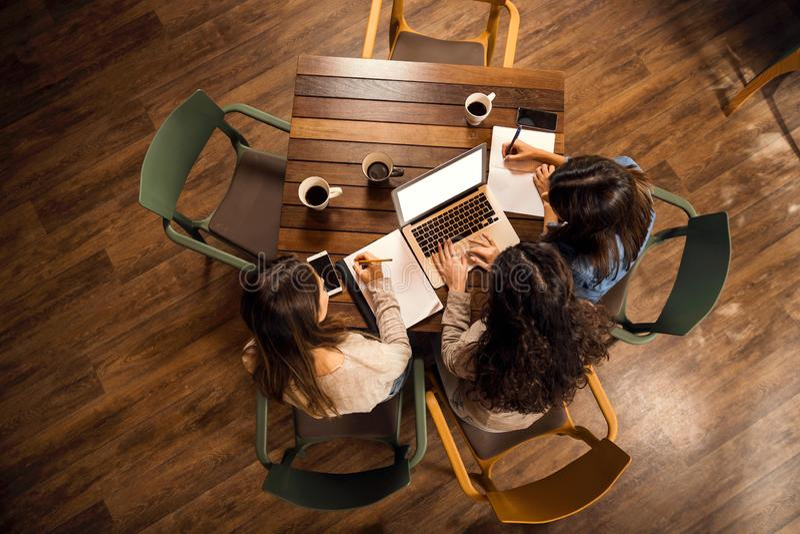 女性朋友担心与期末考试 免版税库存图片