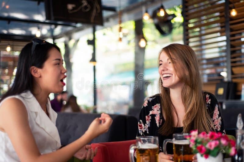 女性朋友有谈话在餐馆 免版税库存图片