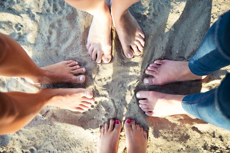 女性朋友的脚的顶视图图象 免版税图库摄影