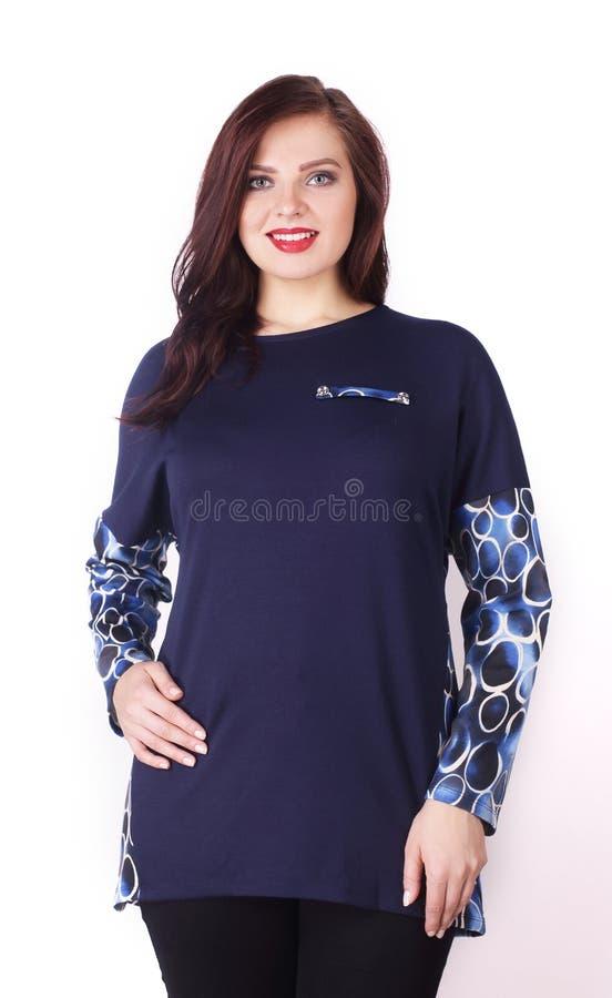 女性模型,大小目录,正在一件时兴的女衬衫 图库摄影