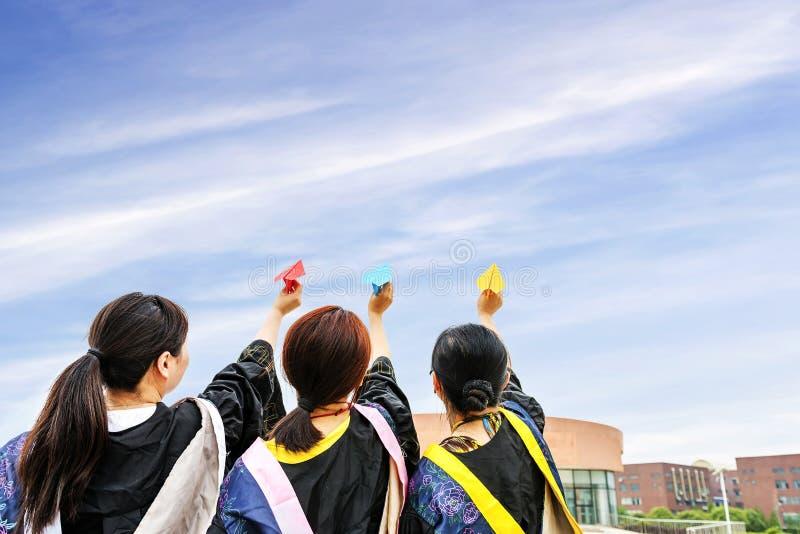 女性毕业生佩带的毕业褂子 免版税库存图片