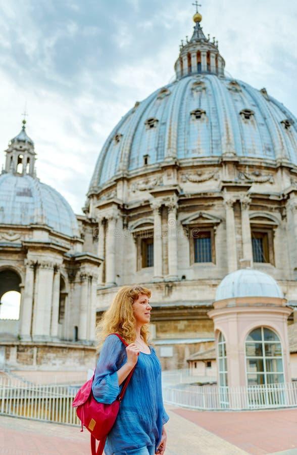 年轻女性游人通过圣伯多禄的屋顶的走 库存照片