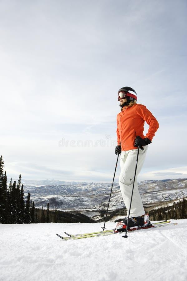 女性滑雪滑雪者倾斜 免版税图库摄影
